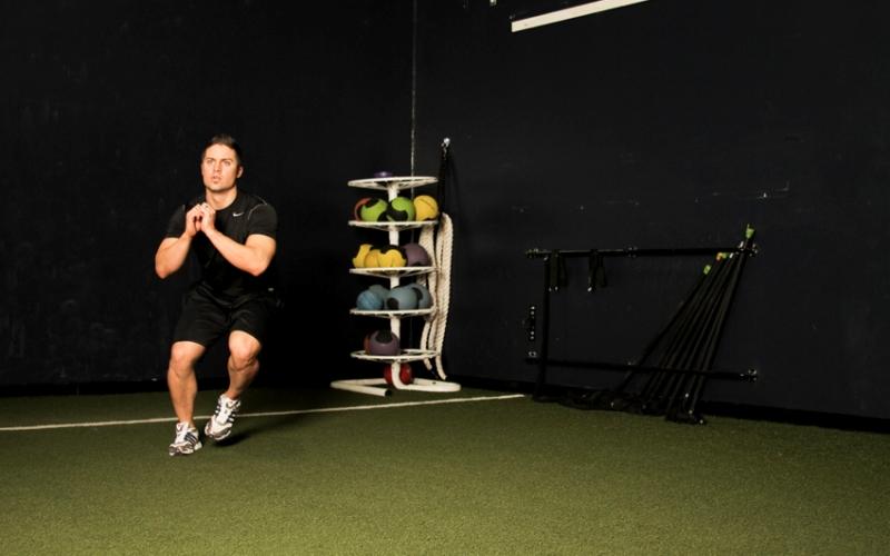 Приседания с прыжком Поставьте ноги на ширине плеч, согните их как для обычного приседания и резко прыгните вправо. Пальцами рук во время прыжка тянитесь вверх. Приземляйтесь на пальцы ног и тут же прыгните влево, возвращаясь в исходное положение. Поздравляем, это было одно повторение. Продолжайте выполнять упражнение.