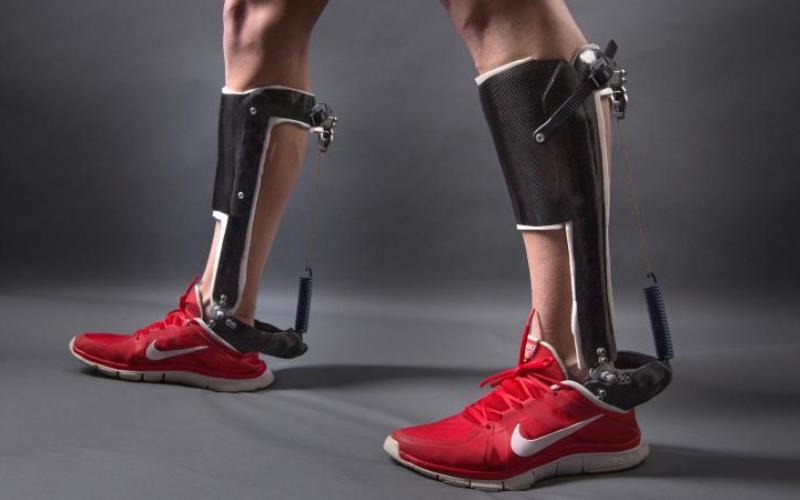 Ультралегкий экзоскелет Устройство, весящее всего 400 грамм, уменьшает энергетические затраты при ходьбе примерно на 7%. Для человека это будет эквивалентно 4-5-килограммовому грузу, который внезапно с него сняли. К сожалению, аппарат нормально функционирует только при неспешной ходьбе. Как честно признались его создатели, для бега в нем нужен специальный электронный микрочип, регулирующий скорость движения человека.
