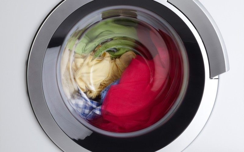 Стирайте постельные принадлежности<br /> Избавиться от пылевых клещей и производимых ими аллергенов можно, регулярно (раз в неделю) стирая постельное белье в горячей воде. 60 ˚С будет достаточно для того, чтобы убить большую часть паразитов. При возможности пользуйтесь сушилкой – это уничтожит оставшихся клещей.