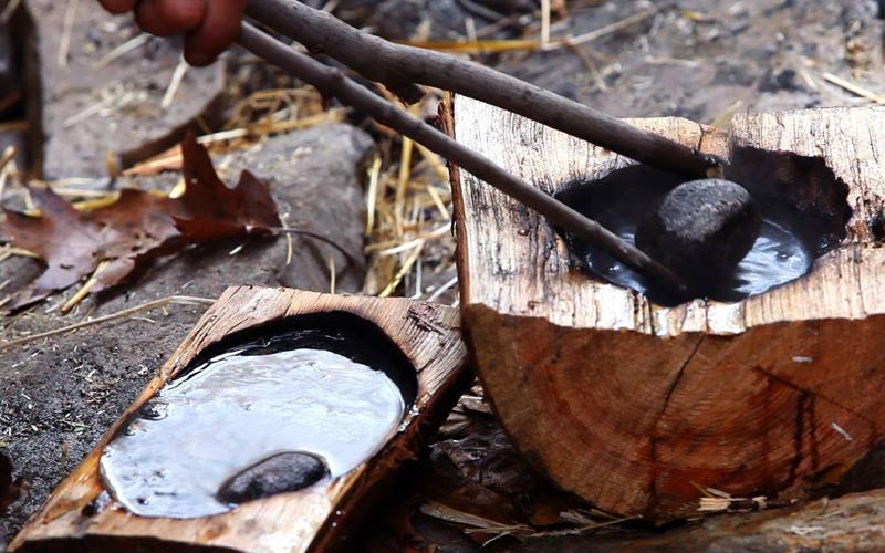 Камень Если под руками нет никакой огнестойкой посуды — накалите в костре камень (сорок минут-час) и бросьте его в емкость с водой.