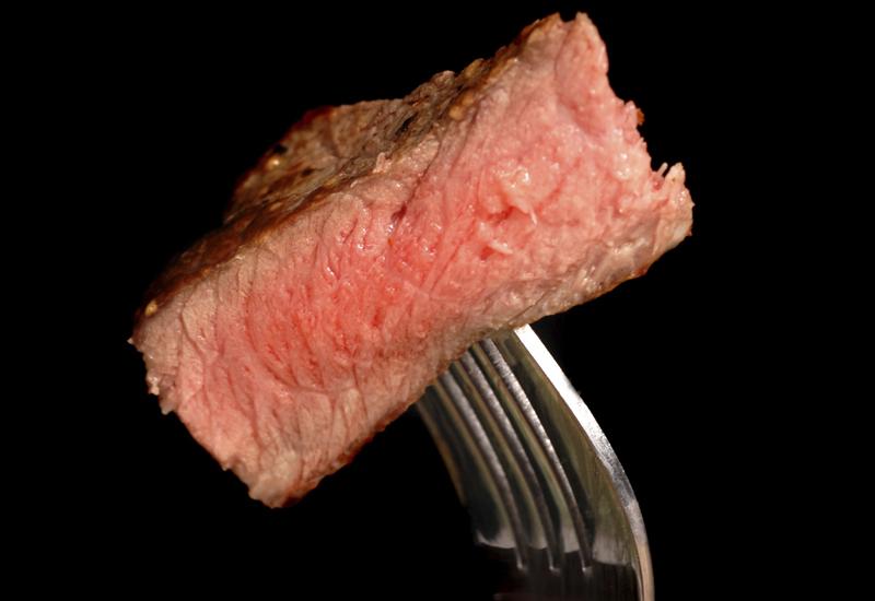 Красное мясо Говядина, баранина, свинина — черт возьми, если вы встретите на охоте зубра — он тоже подойдет. Красное мясо может похвастать (sic!) высоким содержанием железа, витаминов группы В, цинка и белка животного происхождения, который ускоряет рост и восстановление мышц. Перебарщивать с ним не стоит: хороший стейк по вторникам и субботам — оптимально.