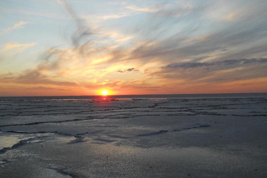 Озеро Эльтон Волгоградская область Площадь этого странного озера — 150 квадратных километров. А глубина не превышает 10 сантиметров летом и 70 зимой. За это некоторые особо не романтичные особы называют его «великой соленой лужей». На озеро приезжают лечиться и любоваться причудливыми соляными пейзажами, которые создает здесь сама природа.