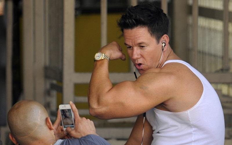Тренировать только находящиеся на виду мышцы Если хотите тренироваться только для того, чтобы поражать людей своими кубиками пресса и необъятным бицепсом – это ваше дело. Но всем остальным, кто хочет избежать дисбаланса в своем теле, мы хотим посоветовать обращать пристальное внимание при тренировках на мышцы поясницыи спины. Качок с огромной грудкой клеткой и бицепсом размером с вашу голову, который не может поднять пакет с продуктами из-за своей слабой спины – выглядит просто смешно.