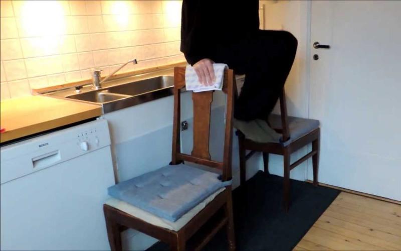Подъем ног со стульями Вам понадобится два стула – поставьте их по бокам, спинками к себе. Убедившись заранее, что спинки выдержат ваш вес, упритесь в них руками и поднимите свое тело над полом, согнув ноги в коленях. Распрямите ноги, подняв их как можно выше перед собой, и задержитесь на пару секунд. Вернитесь в исходное положение.