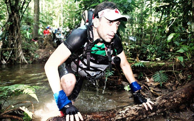 Jungle Marathon Протяженность: 254 км Место проведения: Амазонка, Бразилия  Кому только пришла в голову адская идея устраивать забег посреди непролазных джунглей? Кто бы он ни был, он явно не отличался человеколюбием: участникам этого марафона придется пробираться сквозь смертельно опасные леса, болота и реки, населенные всевозможным зверьем – от ягуаров и анаконд до кайманов и пираний. У бегунов нет возможности пополнять припасы, поэтому они вынуждены нести все необходимое, что им может понадобиться в ближайшие 6 дней (именно столько длится забег) на себе.