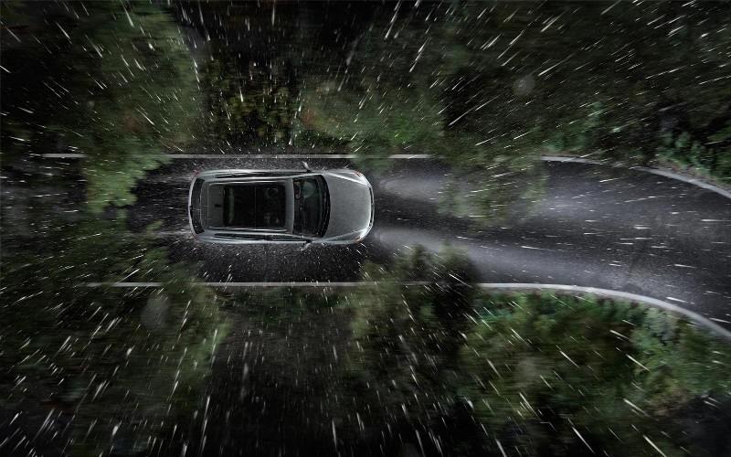 Старайтесь не ездить в дождь Сопротивление воды под колесами автомобиля не намного меньше сопротивления встречного потока воздуха. А когда эти две силы действуют вместе, об экономии точно можно забыть. Если обстоятельства все-таки вынуждают в ливень выбраться на дорогу, будьте готовы к тому, что за бензин вам придется заплатить больше, чем обычно.