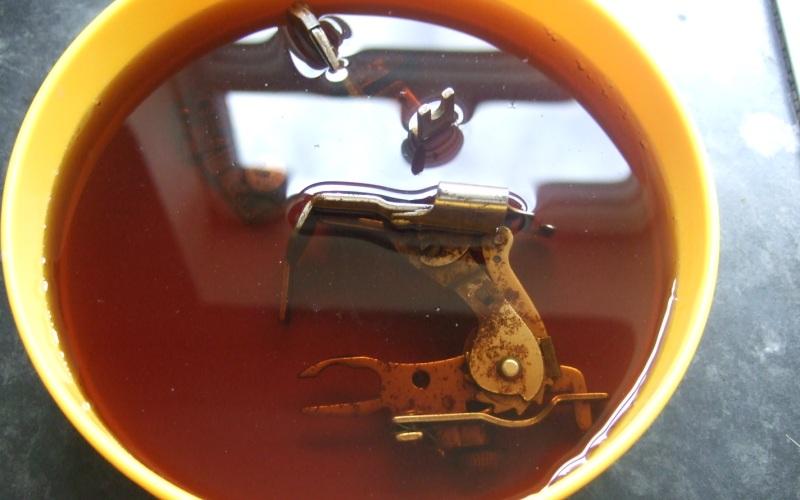Убрать ржавчину Любую ржавчину, как показывает практика, можно устранить без специальных средств. Например, поместите заржавевшие болты, или гайки, или гвозди в кастрюлю с водой, разведенной с уксусом, и прокипятите. Достаньте и тщательно промойте водой. Будут сиять как новенькие.