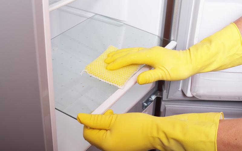 Дезодорация холодильника Лучше всего, когда ваш холодильник пахнет ничем, поэтому держите внутри него открытую пачку соды. С морозилкой это тоже работает.