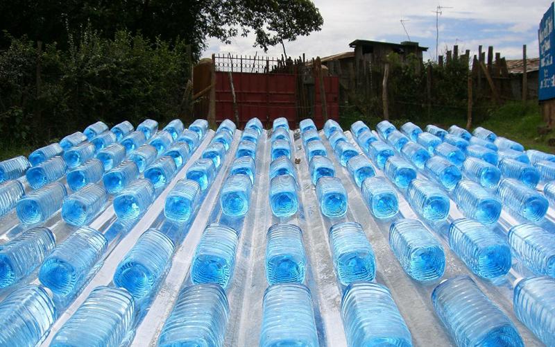 Солнце Небольшую пластиковую бутылку воды (до двух литров), вполне можно очистить с помощью солнца. Оставьте наполненную бутылку на солнцепеке и дайте природе сделать свое дело. Обильное УФ-излучение убьет практически всю биологическую активность в воде. Этот способ не подходит для химически активной воды и может быть менее эффективным против бактериальных спор и некоторых паразитов — однако, в пиковой ситуации вполне может пригодиться.
