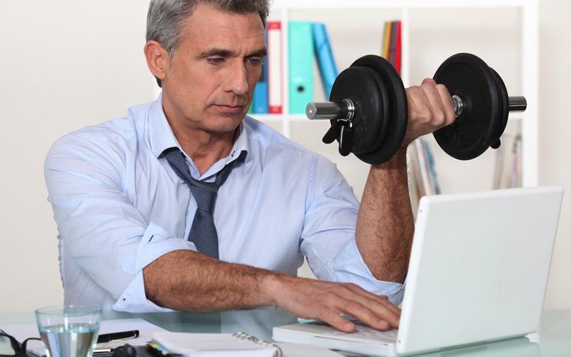 Мини-разминка Растяжка — одно из самых полезных упражнений в принципе. Для этого вам не требуется тащить в офис йога-коврик (хотя, было бы неплохо). Вы вполне можете разминать мышцы просто сидя на кресле: кладите, попеременно, ноги на колени и немного тянитесь. Разминайте запястья и пальцы, выполните пару наклонов. Стесняетесь? Оставайтесь больным.