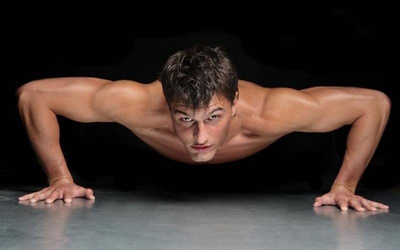 Присед-планка-отжимание Опуститесь в присед, пока бедра не окажутся параллельны полу, затем упритесь руками в пол, выпрыгните ногами назад, и выполните отжимание. Чтобы вернуться в положение приседа, сделайте прыжок вперед. Звучит достаточно сложно, но как только вы поймете принцип, это упражнение будет даваться легко.