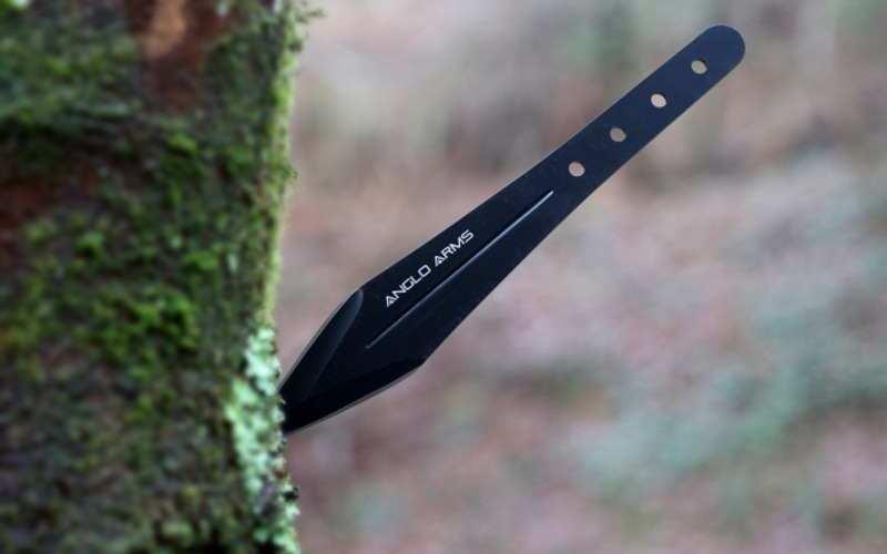 Уход за ножом Всегда чистите нож после того, как попрактикуетесь в метании, особенно если рукоять без обмотки. Пот и грязь с ваших рук и влага из атмосферы наносят вред металлу и способствуют возникновению ржавчины.