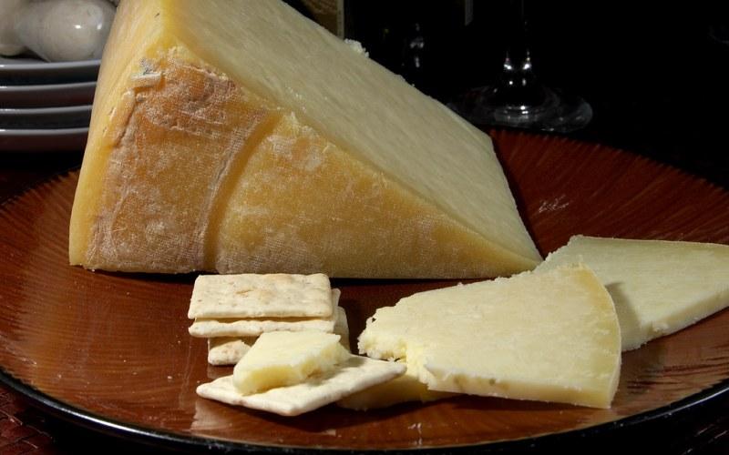 Продлить «срок жизни» куску сыра Если вы небольшой любитель сыра с плесенью (особенно в том случае, когда плесень завелась уже после приобретения сыра), вам пригодится следующий совет. Защитите сыр от заплесневения, завернув его в смоченную уксусом ткань, и храня его в герметичном контейнере в холодильнике.