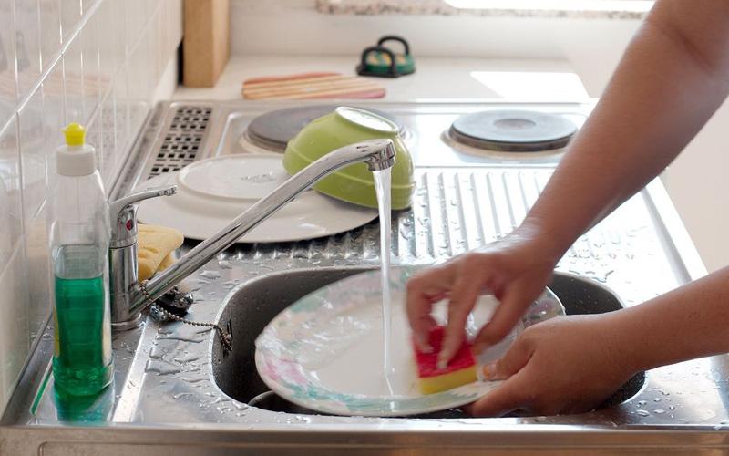 Устранение жира с посуды Если вы моете посуду в посудомоечной машине, смешайте две столовые ложки с вашим моющим средством, и корки жира как не бывало. Сторонникам ручного режима стоит оставить посуду в этой же смеси на 15 минут.