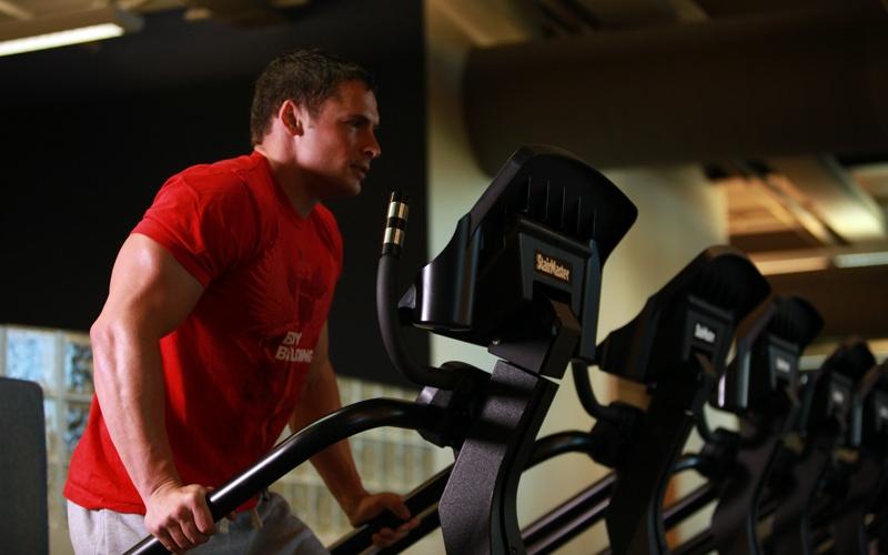 Увлечение кардиотренировками В нужных пропорциях кардиотренировки могут стать хорошим подспорьем в избавлении от лишнего жира, но злоупотреблять ими опасно. Вы с их помощью можете довести свое тело до такого состояния, когда тело, нуждаясь в энергии, начинает расщеплять белок вместо жира. А это уже бьет по росту ваших мышц. Идеальная тренировка должна иметь баланс между высокоинтенсивными кардиотренировками и силовыми тренажерами.