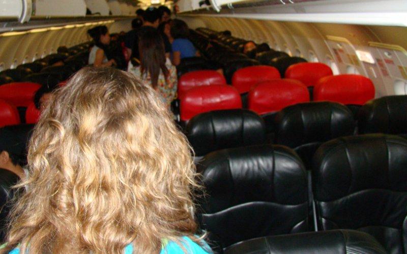 Лоукостеры Дешево и сердито. Лоукостерами или дискаунтерами называют бюджетные авиакомпании, продающие свои билеты по низким ценам за счет удобства пассажиров: такие услуги, как питание на борту, выбор места в салоне и перевоз багажа, осуществляются за отдельную плату. Поэтому может оказаться так, что «лоукост» со всеми дополнительными услугами будет даже дороже перелета по тарифам обычной авиакомпании.