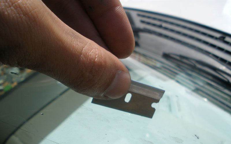 Очистите лобовое стекло при помощибритвенного лезвия Мертвые жуки, пыльца и всякая липкая дрянь может так запачкать стекло, что вы не увидите летящий на вас самосвал, пока он не окажется в двух метрах от вас. Там где с проблемой не справится стеклоочиститель, на помощь придет лезвие бритвы. Будьте крайне осторожны и не порежьтесь. А то еще и свою кровь отмывать потом придется.