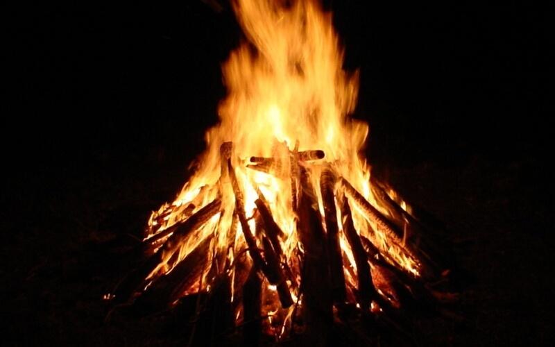 Огонь Это способ подачи сигнала успешно применялся на протяжении тысячелетий. Большой костер будет очень хорошо заметен в темное время суток. Главное, чтобы вы могли контролировать распространение огня во избежание пожаров. Не делайте костер настолько большим, чтобы вы потом не смогли его потушить подручными средствами.