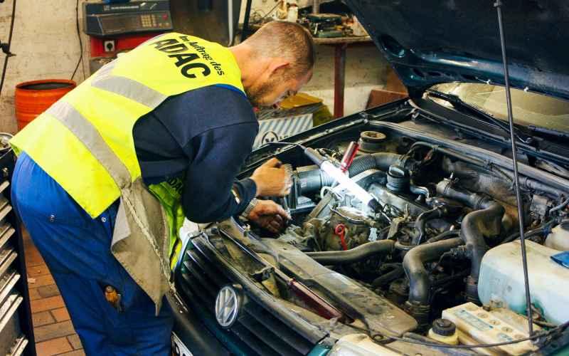 Регулярное техобслуживание Ваш автомобиль напичкан всевозможными датчиками и фильтрами. В частности в нашем вопросе важны три вещи: свечи, воздушные фильтры и моторное масло. Не забывайте регулярно их проверять и менять, или вам так или иначе придется заплатить за свою лень.