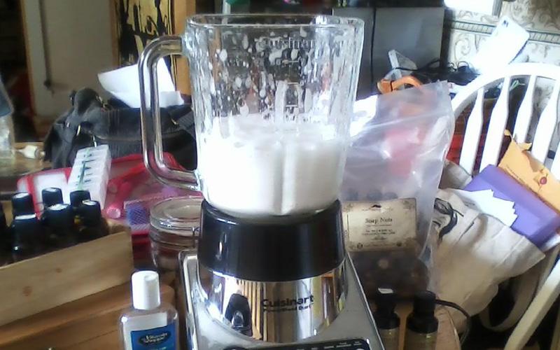 Чистка блендера Чтобы не снимать все ножи, заполните блендер водой наполовину, добавьте туда ложку соды и порцию моющего средства. Запустите блендер на несколько секунд и прополощите.
