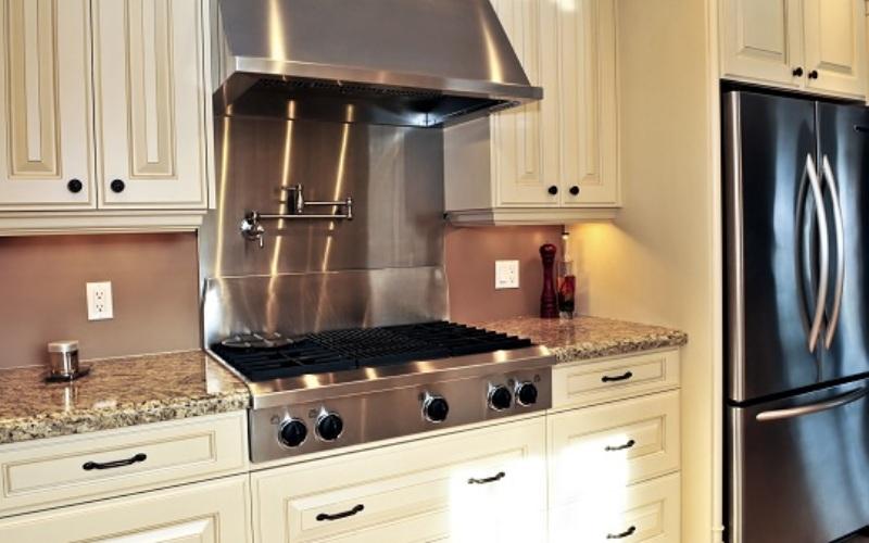Установите вытяжку<br /> Установите вытяжной вентилятор над плитой, чтобы уменьшить влажность в кухне и избавиться от пара из кипящих кастрюль. Влажный пар, исходящий от некоторых блюд, может содержать аллергены и способствует размножению плесени и грибка.