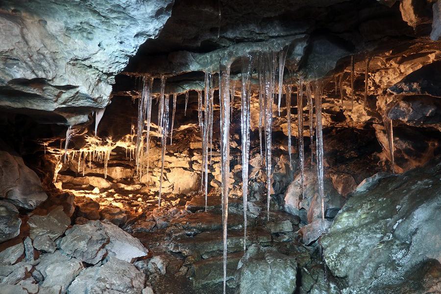 Кунгурская ледяная пещера Пермский край Протяженность этой крупнейшей в Европе карстовой пещеры — 5 700 метров. Туристам же позволено забираться на полуторакилометровую глубину: дельнейшее путешествие уже опасно для жизни. Внутри пещеры расположено более 70-ти озер, что добавляет месту мистической ауры.