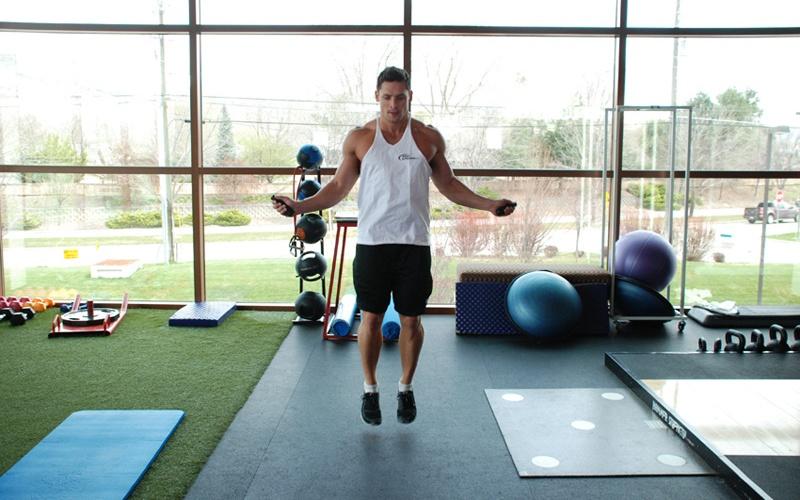 Не разогреваться перед тренировкой Многие люди просто пропускают разминку, спеша как можно скорее начать, и, следовательно, побыстрее закончить свою тренировку. Не разогретые как следует суставы подвергают вас риску получить травму, которая может надолго вывести из тренировочного процесса. Не менее важна так называемая заминка – упражнения на растяжку, которые повысят скорость восстановления мышц после нагрузки.
