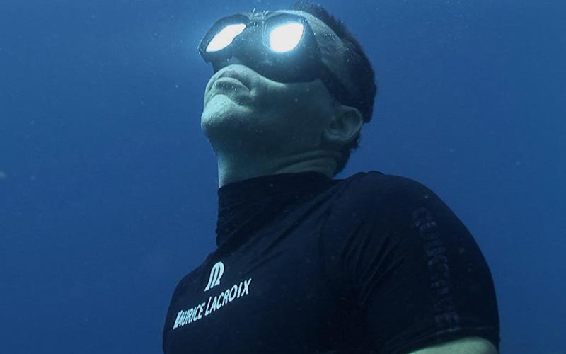 Глубоководная магия В 2000 году к пульмонологу Ральфу Поткину обратилась группа канадских фридайверов. Они сказали специалисту, что владеют уникальной техникой расширения легких. Происходило это следующим образом: фридайверы совершали серию глубоких вдохов, стараясь по максимуму заполнить легкие кислородом, а премиальный объем набирался за счет глотания. Фактически воздух как бы заталкивался в легкие. Эта техника носит название «глоссофарингеальное вдувание» или «набивка легких», и прежде всего она практикуется с целью возвращения легким их нормального объема, но никак не его увеличения. Она дает свои плоды – легкие способны к сохранению дополнительного литра воздуха. Уличный маг Дэвид Блейн о ней тоже знает – без нее своих рекордов он бы просто не поставил.
