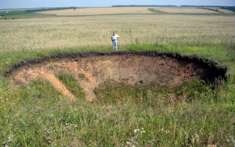 Сасовская воронка 12 апреля 1991 года неподалеку от города Сасово (Рязанская область) прогремел сильный взрыв, в результате которого у половины зданий города взрывной волной были выбиты окна и двери. Никаких следов взрывчатых веществ обнаружить не удалось. Диаметр образовавшейся воронки составлял 28 метров, а глубина – 4 метра. Очевидцы в ночь происшествия в районе взрыва видели огромные летающие светящиеся шары, а за час до взрыва над местом будущей воронки разливалось странное свечение. Специалисты взрыв необычайной силы (по подсчетам, чтобы причинить такой ущерб, нужно не меньше 30 тонн тротила) связывают с прорывом в этом месте газовой струи, состоящей преимущественно из водорода. Водород, попав в атмосферу, смешался с кислородом, образовав облако гремучего газа, которое и взорвалось.