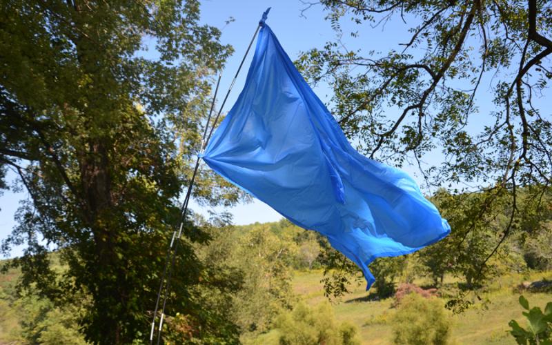Флаг Хотя существуют специальные сигнальные флаги, вам ничего не мешает сделать такой же самостоятельно. Главное, чтобы он был из яркой ткани, желательно оранжевой (этот цвет – общепризнанный сигнал бедствия). Повесьте его на высокое дерево или вышку или расстелите по земле, чтобы подать сигнал воздушным судам.