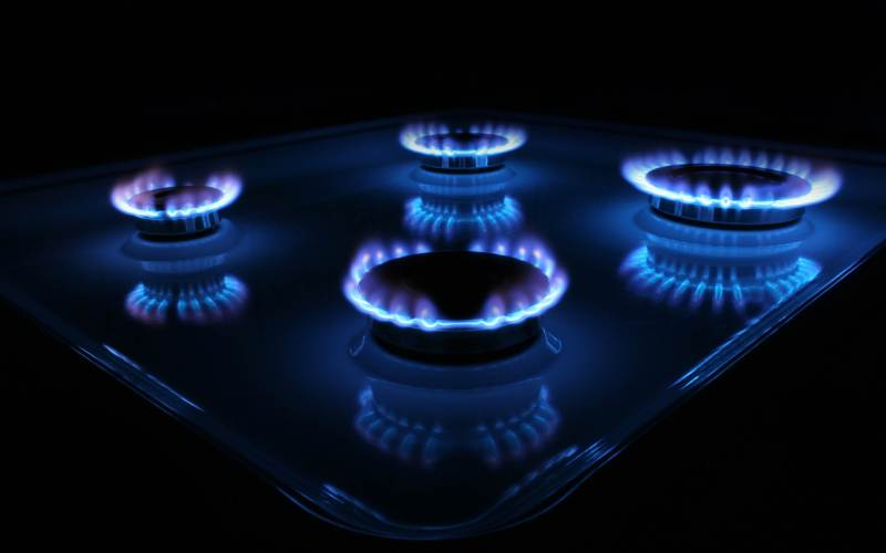 Следите за газом Вытяжной вентилятор на кухне также необходим темиз нас, кто готовит на газу. Газовые плиты при готовке распространяют по дому раздражающие дыхательные органы вещества – угарный газ, двуокись азота и другие.