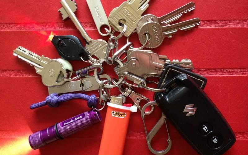 Облегчитебрелок для защиты зажигания Тяжелый брелок с ключами не только выставляет вас в глупом свете, нахальным образом выпирая из кармана брюк и обращая на себя недоуменные взгляды. Он также давит на ключ в замке зажигания, вызывая преждевременный его износ. Храните ключ зажигания отдельно от всей связки, чтобы защитить зажигание своего автомобиля.