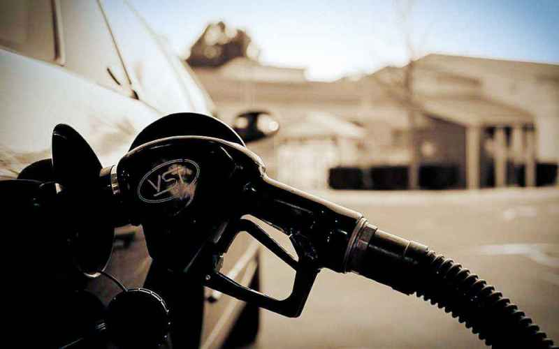 Правильно выбирайте бензинВо-первых, время отвремени мониторьте цены навсех доступных вам заправках. Привычка заправляться водном итомже месте может неожиданно сильно ударить покарману. Также имеет смысл попробовать все доступные длядвигателя вашего автомобиля сорта бензина ивыбрать тот, который будет обеспечивать оптимальное соотношение цены икачества.