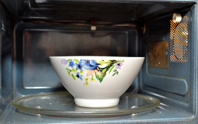 Чистка микроволновой печи Со временем и микроволновка начинает пахнуть. Избавить ее от каравана всех запахов на свете можно, разведя в тарелке с водой две столовые ложки соды, поместив тарелку в печь и включив на три минуты. После этого протрите печь изнутри губкой или тряпкой.