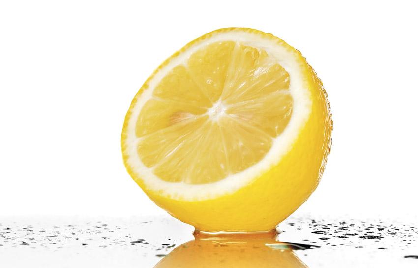Очистители ржавчины Пятна ржавчины можно удалить и подручными средствами. Одним из таких является лимонный сок. Лимон разрезают пополам, выжимают на пятно сок и оставляют примерно на 10 минут. Застарелые пятна, которым по меньшей мере уже несколько недель, а то и месяцев, эффективнее и быстрее удалят специальные химические растворители ржавчины.