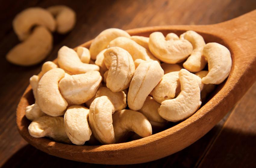 Кешью Плоды кешью включают две части: непосредственно сам плод и орех, прикрепленный к его верхушке. Продают их без скорлупы. Делается это не для удобства покупателей, а потому, что под скорлупой орехов находится токсичное масло, вызывающее при контакте с кожей ожоги. Чтобы орех стал безопасным для употребления в пищу, он также проходит термическую обработку. Кешью богат такими веществами, как витамины А, В2, В1, цинк, фосфор, кальций, железо. Этот набор элементов наделяет его антибактериальными, антисептическими и тонизирующими свойствами. Орех способствует укреплению иммунной системы, помогает нормализовать холестерин в крови, а также обеспечивает нормальную деятельность сердечно-сосудистой системы.