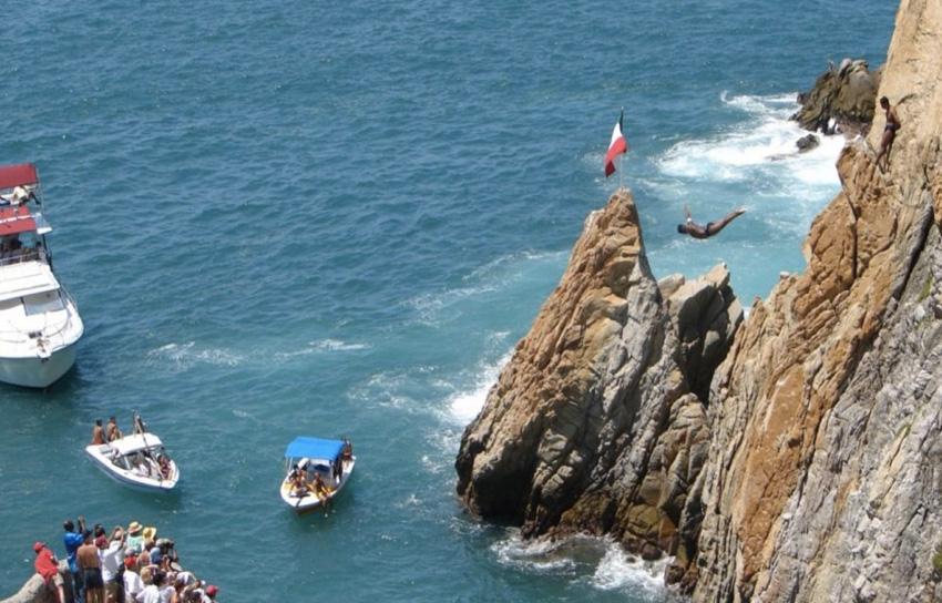 Скала Ла Кебрада, Мексика Это одно из самых опасных в мире мест для клифф-дайвинга. Высота скалы составляет 35 метров. Перед прыжком ныряльщикам необходимо учесть ветер, точно рассчитать место приземления и попасть в волну, иначе можно удариться о дно, ведь глубина здесь не превышает 3,5 метров.