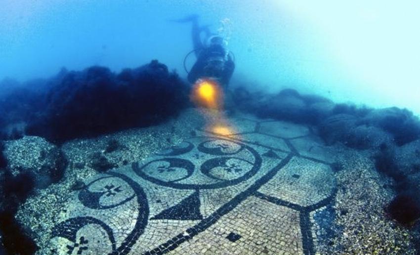 Байи, Италия Во времена расцвета Римской империи Байи был излюбленным местом среди аристократии. Город был уничтожен в 8 веке нашей эры мусульманскими захватчиками, а к 1500 году оказался полностью заброшен. Из-за вулканической активности со временем город ушел под воду.