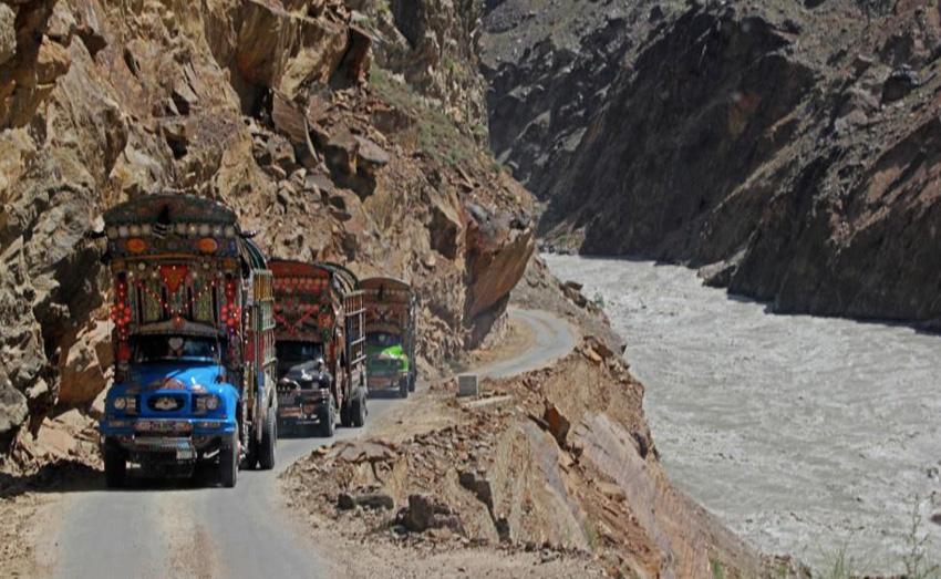 Каракорумское шоссе, Пакистан/Китай 1300-километровая автомобильная дорога является самым высокогорным международным шоссе в мире. Она пересекает горную систему Каракорум на высоте 4693 метров. В зимний период дорогу закрывают из-за опасности схода лавин.
