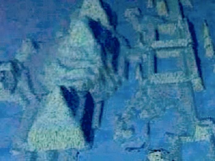 Неизвестные руины, Юкатанский пролив, Куба Недалеко от берегов Кубы в 2000 году группа ученых обнаружила под водой руины древнего города. Археологи предполагают, что сооружения были построены несколько тысячелетий назад развитой цивилизацией. Пока у ученых есть только компьютерные модели города и они продолжают изучать мегалитические руины.