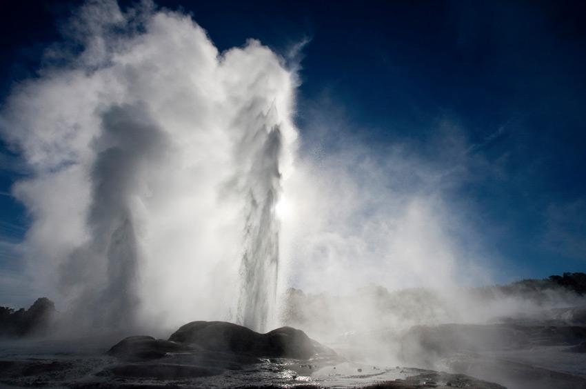 Похуту, Новая Зеландия Этот гейзер долины Роторуа считается самым мощными среди всех ее геотермальных источников. Ввысь он выбрасывает струю высотой 30 метров. Извержение горячей воды и пара происходит примерно раз в час.