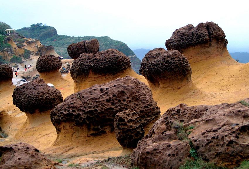 Yehliu, Тайвань Парк примечателен своими невероятными образованиями. Под воздействием воды, ветра и других факторов здесь сформировались необычные формы, напоминающие каменные грибы или, к примеру, профиль королевы Елизаветы.