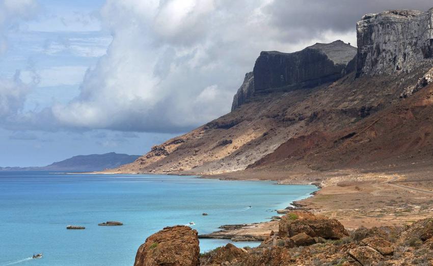 В весенние и летние месяцы остров оказывается на пути тропических циклонов, в этот период к берегам Сокотры не всегда можно подплыть. Наиболее благоприятным временем для посещения острова является период с начала октября по конец марта.
