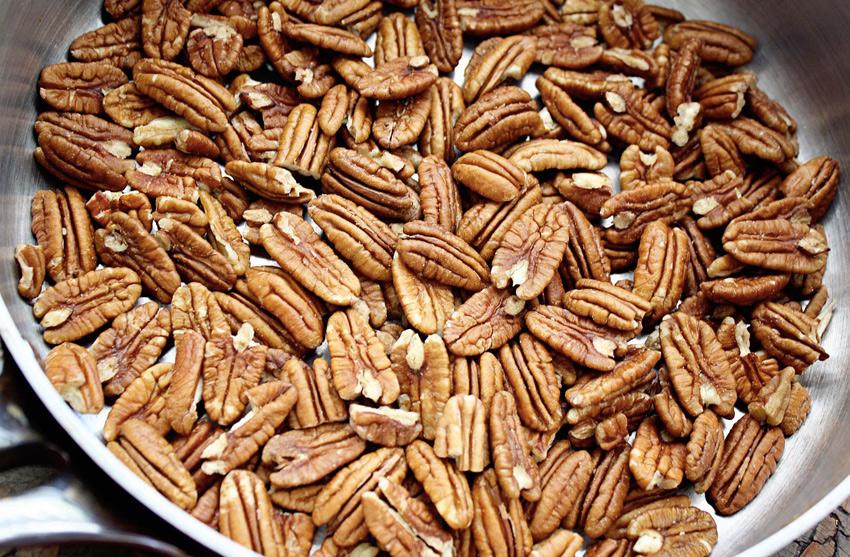 Пекан Плоды пекана в скорлупе схожи с маслинами, за что орех получил свое второе название «оливковый орех». Без скорлупы пекан напоминает грецкий орех — с ним он схож формой и вкусом. На 70% пекан состоит из жиров, поэтому его рекомендуется есть отдельно от жирных продуктов и только в небольших количествах. Орех содержит множество питательных и полезных веществ, в том числе одну из разновидностей витамина Е, которая может сдерживать рост раковых клеток. Пекан особенно полезен при авитаминозе, усталости, малокровии и отсутствии аппетита.