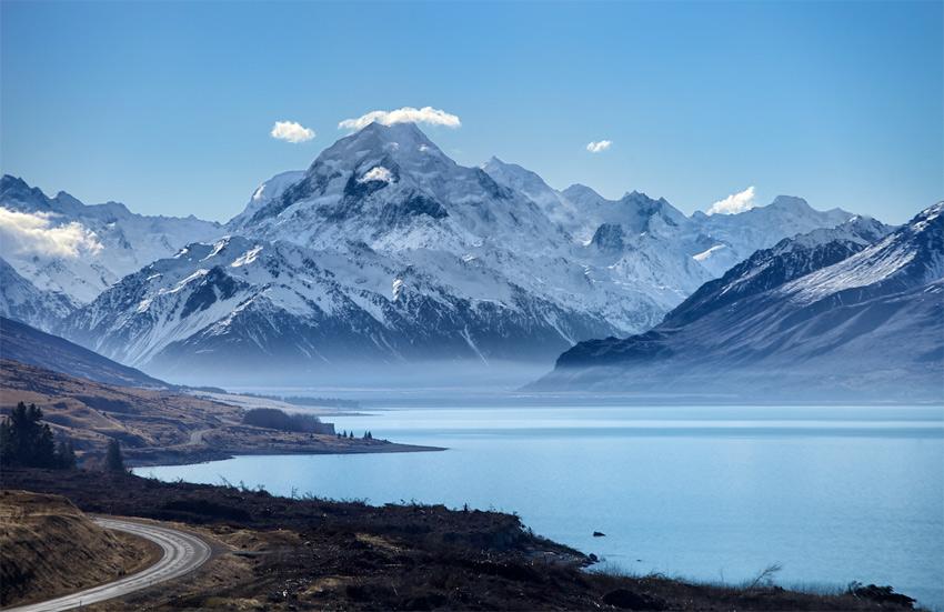Гора Кука, Новая Зеландия Высочайшая точка Новой Зеландии выглядит невероятно абсолютно с любого ракурса. Видимо, это компенсация за то, туристам хватило сил, времени и денег, чтобы добраться на край земли. Лучшую точку обзора для наблюдения за главной местной достопримечательностью каждый вправе выбрать для себя сам.