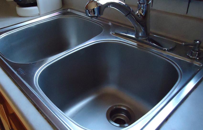 Минеральное масло Отпечатки пальцев, всевозможные пятна и водные разводы являются неотъемлемыми спутниками поверхностей из нержавеющей стали. Чтобы их легче было содержать в чистоте, воспользуйтесь минеральным маслом. Раз в неделю наливайте немного масла на тряпку и протирайте ей поверхность. Масло образует пленку, которая отталкивает воду, а также уменьшает прилипание различных средств к поверхности, что существенно позволяет сократить время уборки.