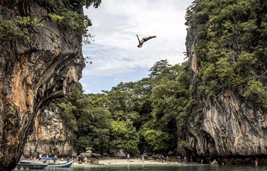 Краби, Таиланд Скалы в южной провинции Краби не раз становились площадкой для соревнований по клифф-дайвингу. Здесь можно найти множество самых разных вершин причудливых форм. Теплая вода обеспечивает комфортное погружение, а окружающий пейзаж — лучший фон для прыжка.