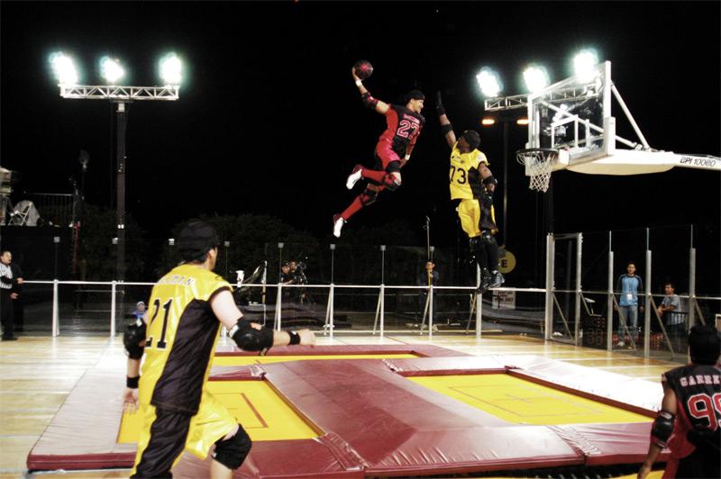 Слэмбол Игра была создана на базе баскетбола, но в отличие от баскетбольной площадки, поле для этой командной игры использует батуты. В общей сложности их 8: по 4 рядом с кольцами с обеих сторон площадки. Задача команд-соперников — попасть мячом в корзину противника.