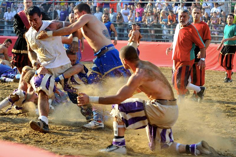 Кальчо сторико Один из «предков» современного футбола зародился в далеком 16 веке. Играют две команды, основная цель кальчо сводится к тому, чтобы забить мяч в ворота соперника. Для этого игрокам разрешено использовать силовые приемы, поэтому на поле игра выглядит как комбинация греко-римской борьбы, регби и футбола.