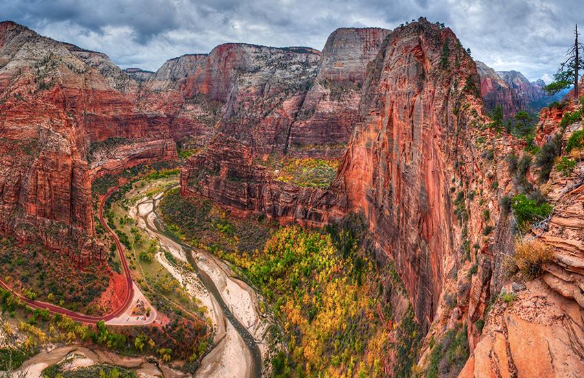 Национальный парк Зайон, Юта Часть парка представляет собой каньон длиной 24 км. и глубиной до 800 м., окруженный горными вершинами, сложенными песчаниками Навахо. Увидеть общую панораму каньона можно, поднявшись по 4-х километровой тропе Angels Landing. Заканчивается она смотровой площадкой на вершине скалы, с которой виден весь каньон.